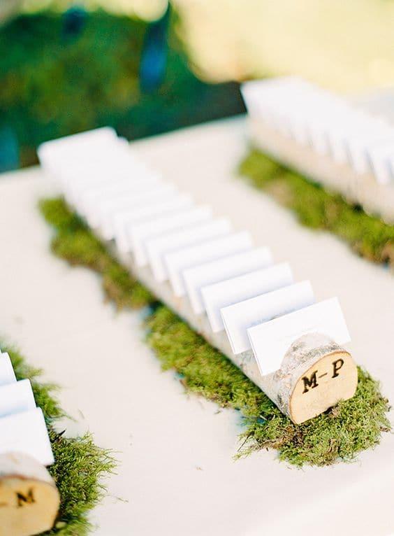 tarjetas-de-escolta-de-boda-en-ramas-de-madera-en-moss-min