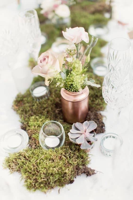 Botanical-Moss-suculentas-camino-de-mesa-con-votivas-pintadas con aerosol-tarros-de-cobre-min