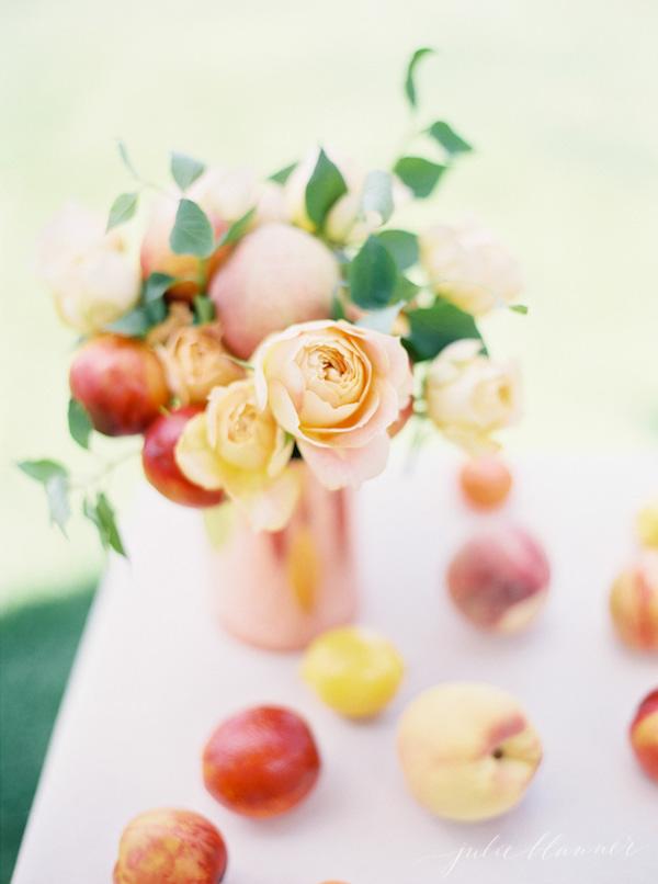 Centro de mesa de bricolaje con flores y frutas.