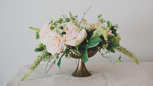 Centro de mesa de bricolaje con flores de seda