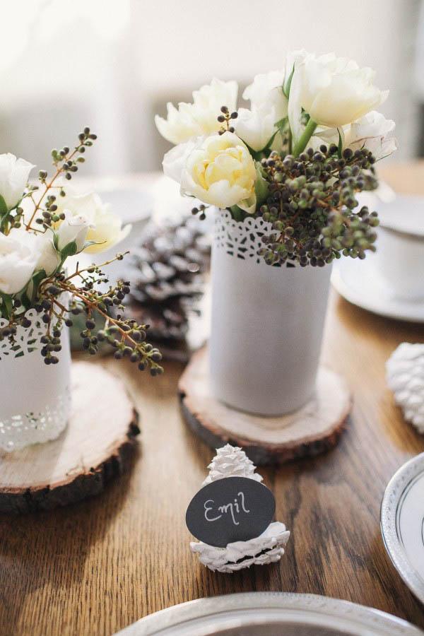 tarjeta de lugar de boda de invierno de conos de pino