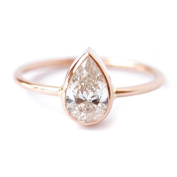 anillo de oro rosa con diamante en forma de lágrima