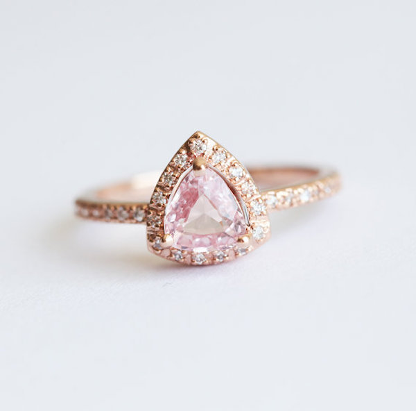 Anillo de oro rosa con zafiro rosa
