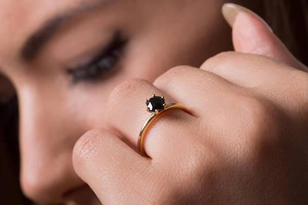 Anillo de compromiso de diamantes negros