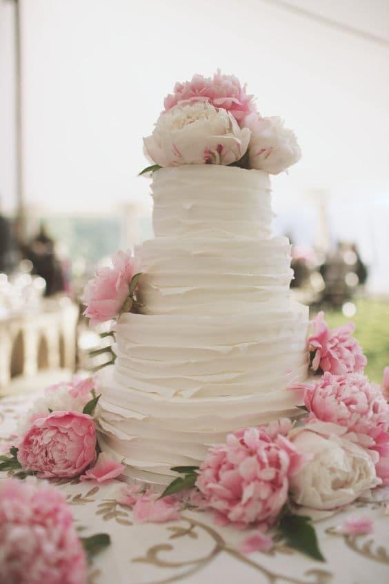 pastel de bodas con peonías