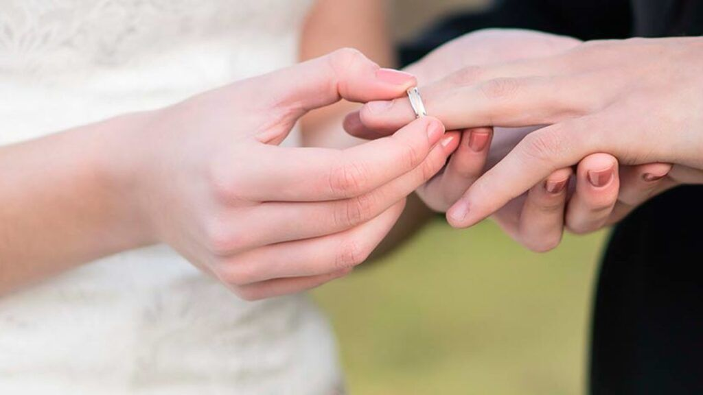 en que mano va el anillo de matrimonio